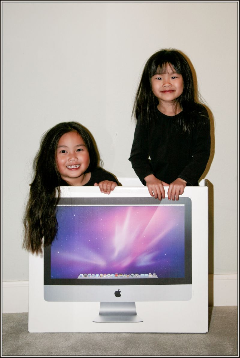 20091208-gwen and maddy in iMac box021 border