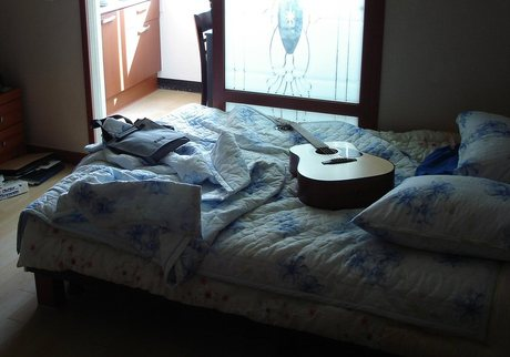 Guitar_on_bed_2